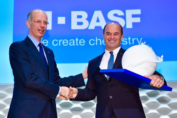 Die BASF Aktie ist starken Schwankungen unterworfen. Dennoch zeigen sich die Verantwortlichen des Konzerns zuversichtlich.