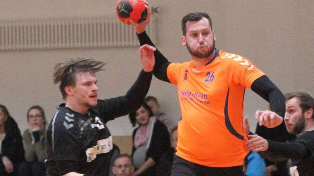 Setzte sich gegen Achim/Badens Erik Schmidt durch und erzielte einen seiner zwei Treffer: Verden-Allers Tim Härthe.J Foto: Bogner