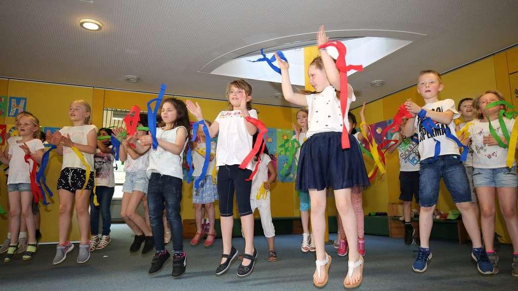 Die Mädchen und Jungen der 2b begeistern ihre Zuschauer mit Tanzeinlagen.