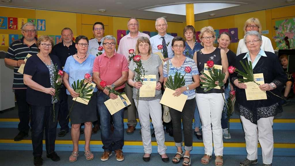 Insgesamt traten 37 Frauen und Männer im Jahr 1993 in den Förderverein Treffpunkt der Grundschule Lemförde ein. Einige waren schon bei der Gründung dabei, andere kamen erst im Laufe des Jahres dazu. Ihnen dankte der aktuelle Vorstand mit einer Urkund und einer Rose. - Fotos: Russ