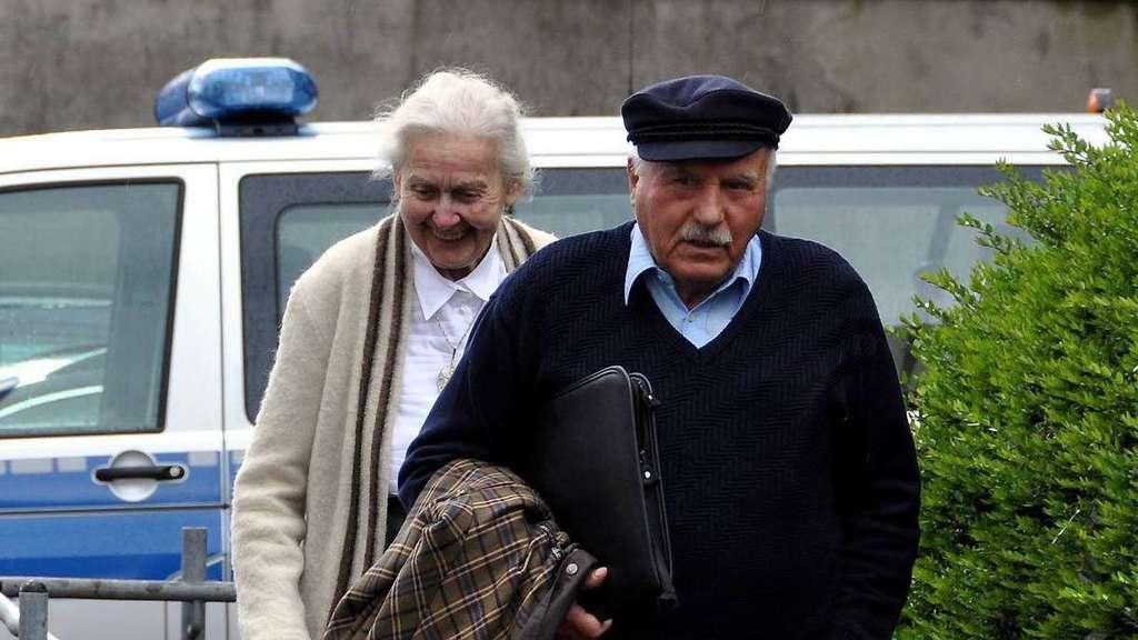 Rigolf Hennig und Ursula Haverbeck-Wetzel nach der Urteilsverkündung gegen den 82-Jährigen vor einem Jahr. Jetzt startet das Berufungsverfahren. - Foto: Bruns