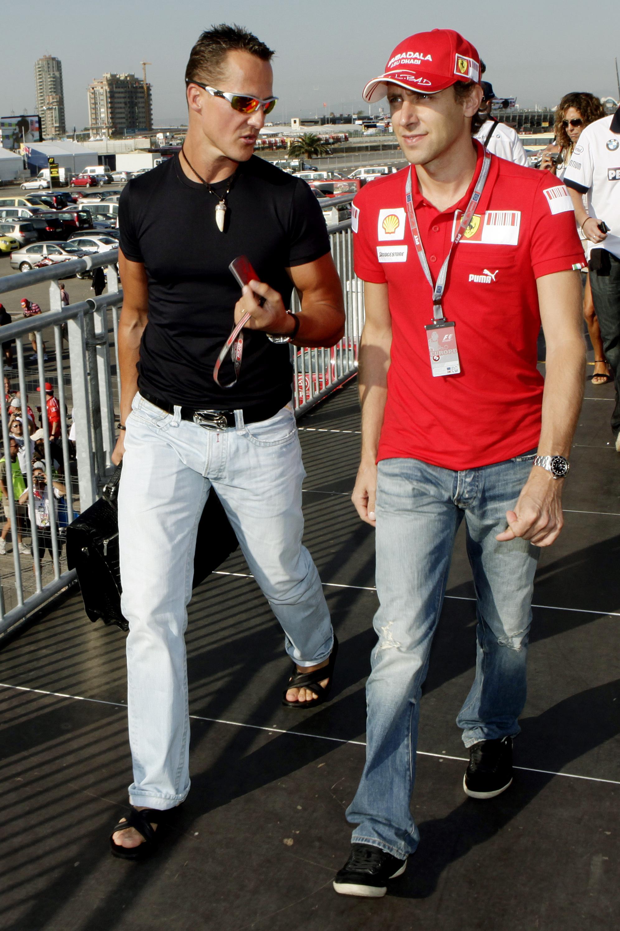 Michael Schumacher (links) und Ferrari-Testfahrer Luca Badoer beim Grand Prix in Valencia 2009.