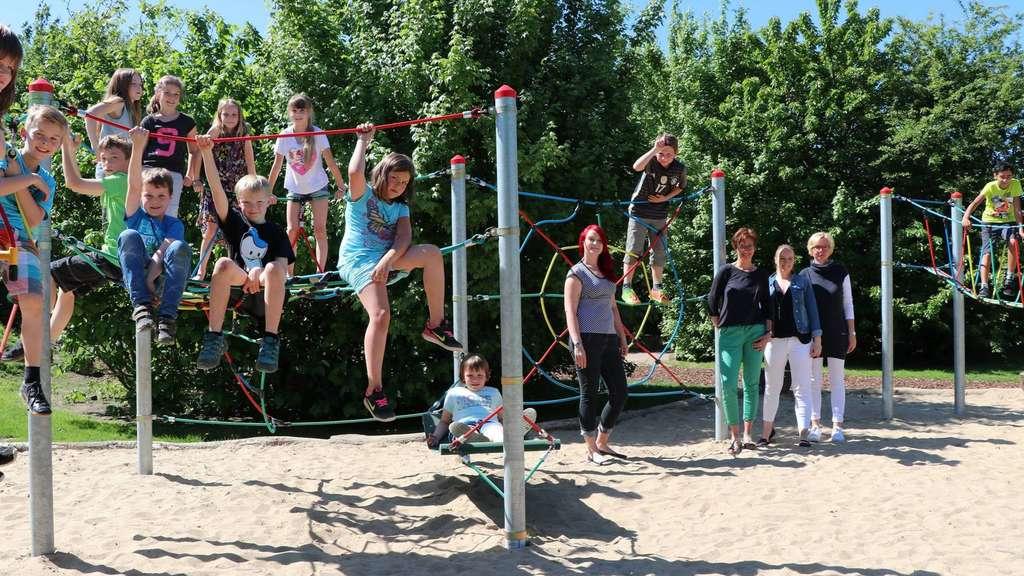 Klettergerüst Ab 1 Jahr : Sieben jahr alter junge klettert die treppe auf dem klettergerüst