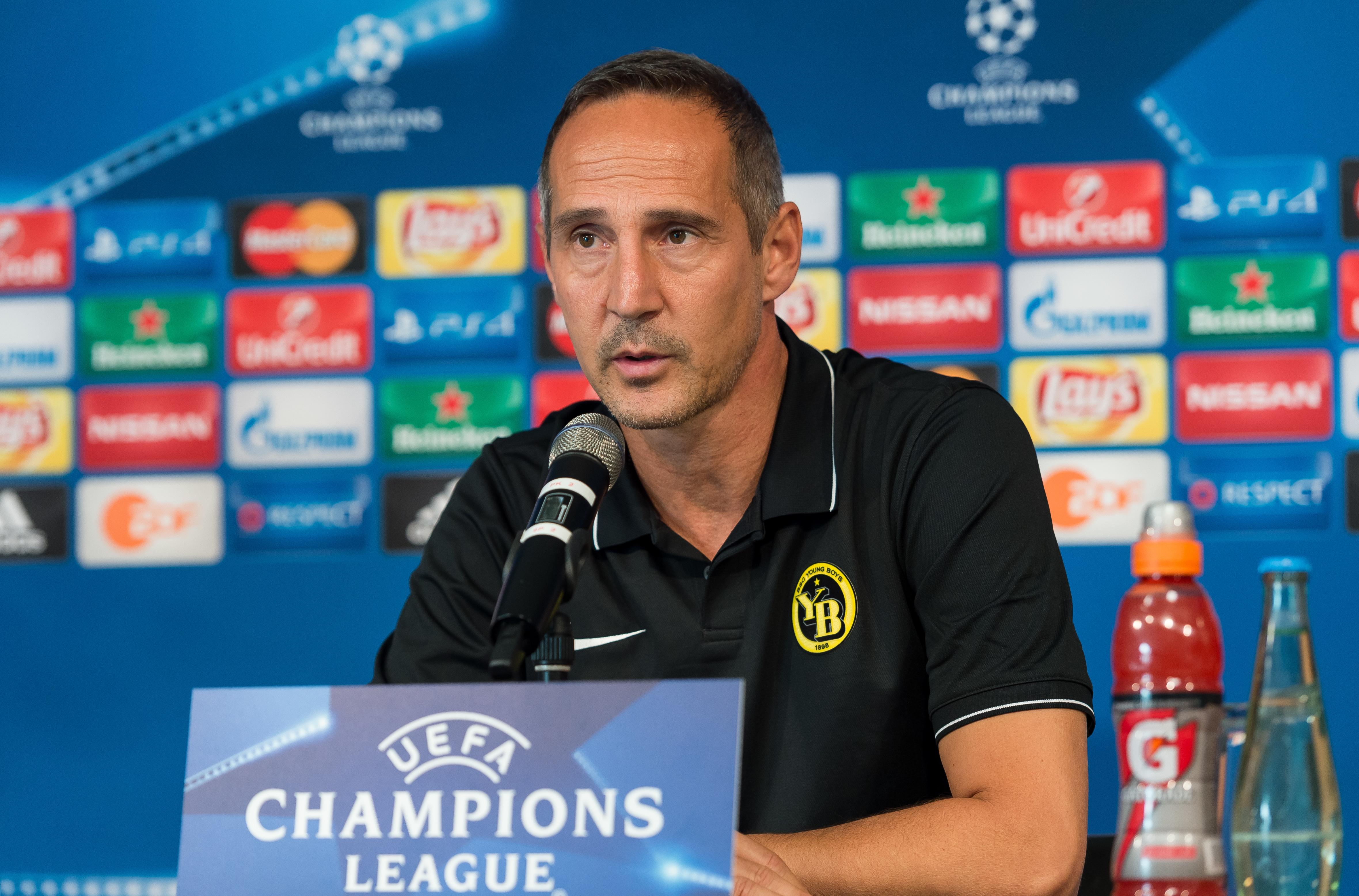 Adi Hütter bei einer Pressekonferenz der Young Boys Bern im Rahmen der Qualifikation zur Champions League 2016.