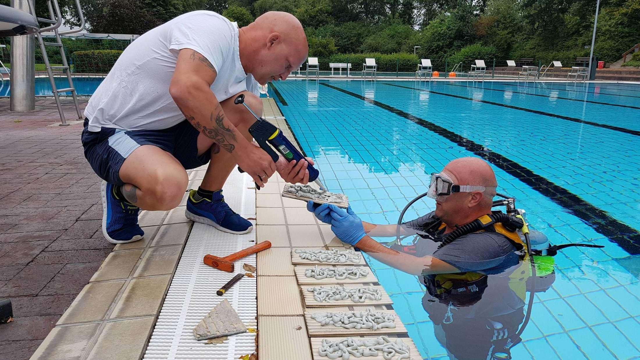 Wie konnte das nur passieren? Taucher müssen Schwimmbad reparieren weil Männer am Beckenrand die Fliesen beschädigt haben.