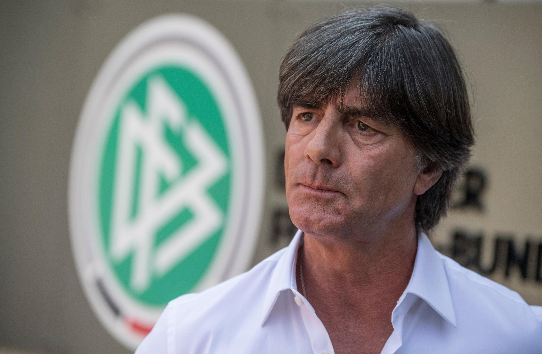 Nicht wirklich einverstanden mit der Kritik von Philipp Lahm an seinem Führungsstil: Bundestrainer Joachim Löw äußert sich vor der DFB-Zentrale.