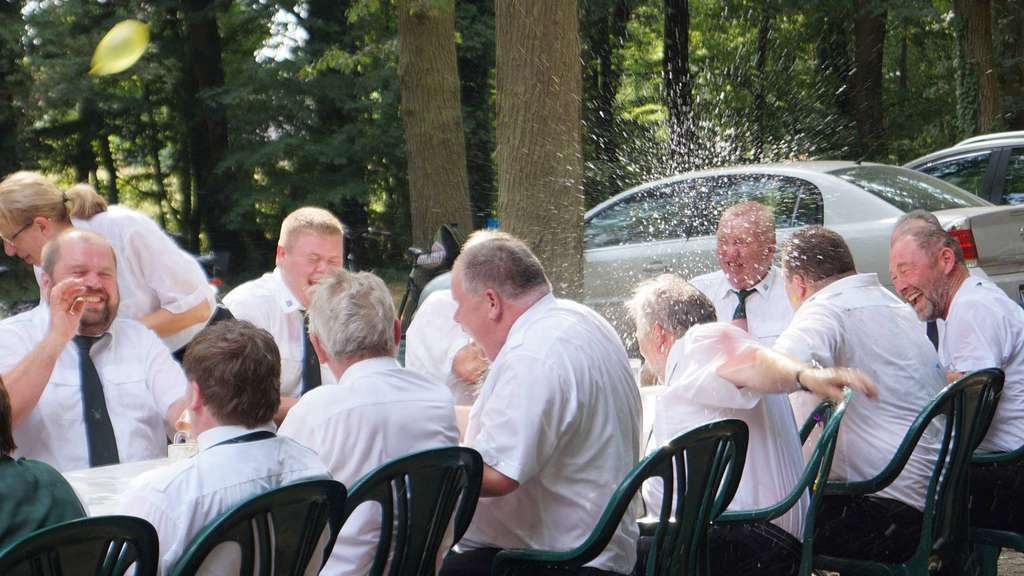 Schwarmer Schützen Lassen Sich Bei Cool Water Beer Challenge Nass