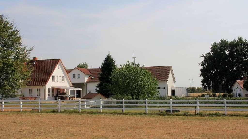 Das Anwesen im Scholener Ortsteil Blockwinkel umfasst zehn Hektar Fläche, die Stallungen, die Reithalle, das Wohnhaus sowie die Sankt-Leonhard-Kapelle und hat laut André Engelhardt einen Wert von rund 1,5 Millionen Euro. - Foto: Behling