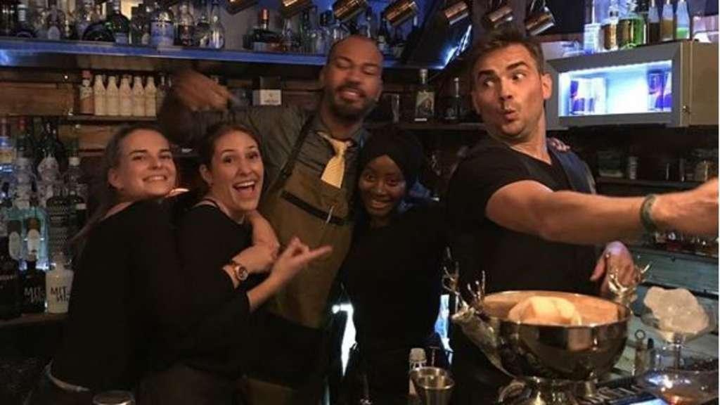 Preisgekrönter Barkeeper Srokowski mixt Cocktails für Kunstbar ...