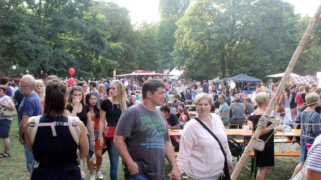 """Da ist was los: Rund 18 000 Menschen feierten am Sonnabend bei schönstems Wetter das """"Summer-Sounds""""-Festival in der Neustadt – eine Steigerung um etwa 6 000 Besucher im Vergleich zum Vorjahr. - Foto: Kowalewski"""