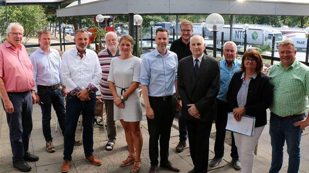 Die FDP-Mitglieder rund um den Bundestagsabgeordneten Christian Dürr (Mitte) informierten sich bei Roland Menze vom Unternehmen Tank?&?Rast (Vierter v.r.) sowie Rastanlagen-Pächter Hans-Christian Vogelsang (Dritter v.l.). - Foto: Schneider