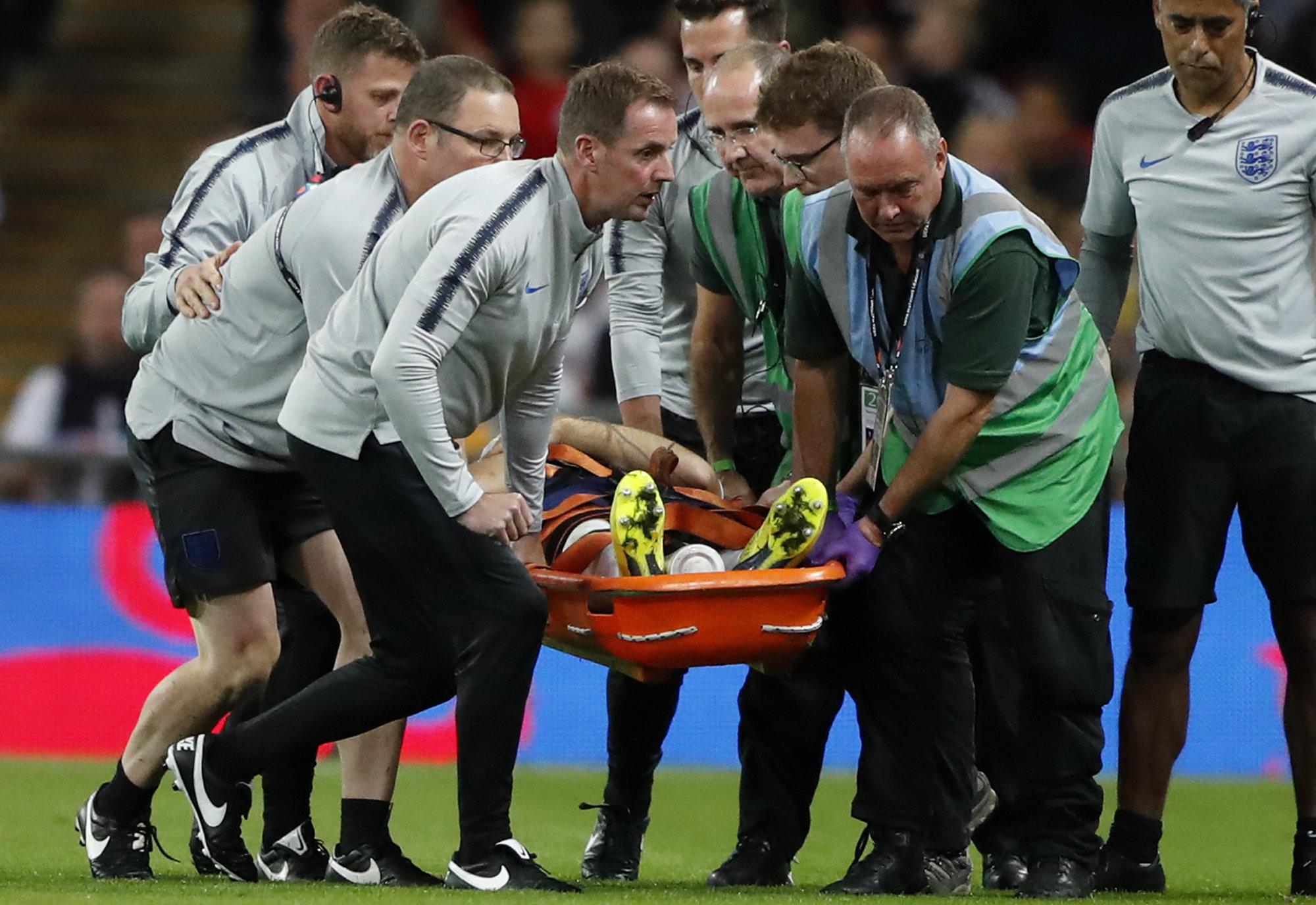 Der verletzte Luke Shaw musste mit Beatmungsmaske vom Platz getragen werden.
