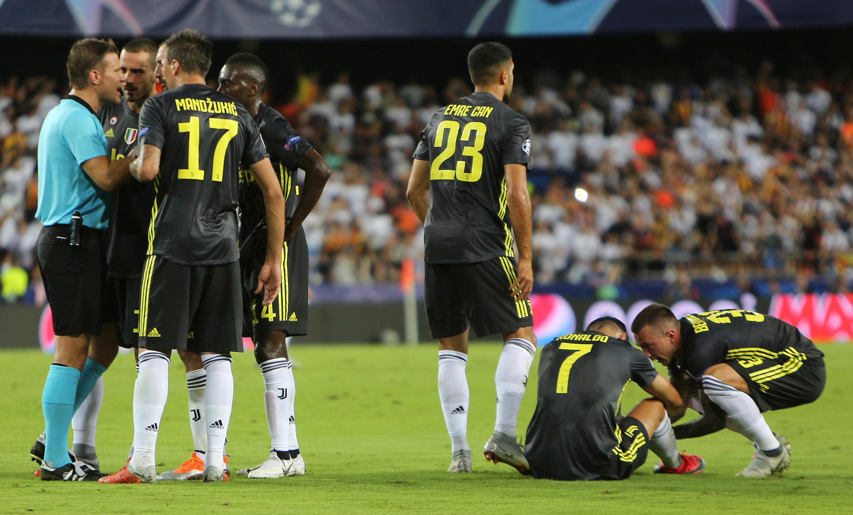 Schiedsrichter Felix Brych (l.) stellte Cristiano Ronaldo vom Platz (Nr. 7).