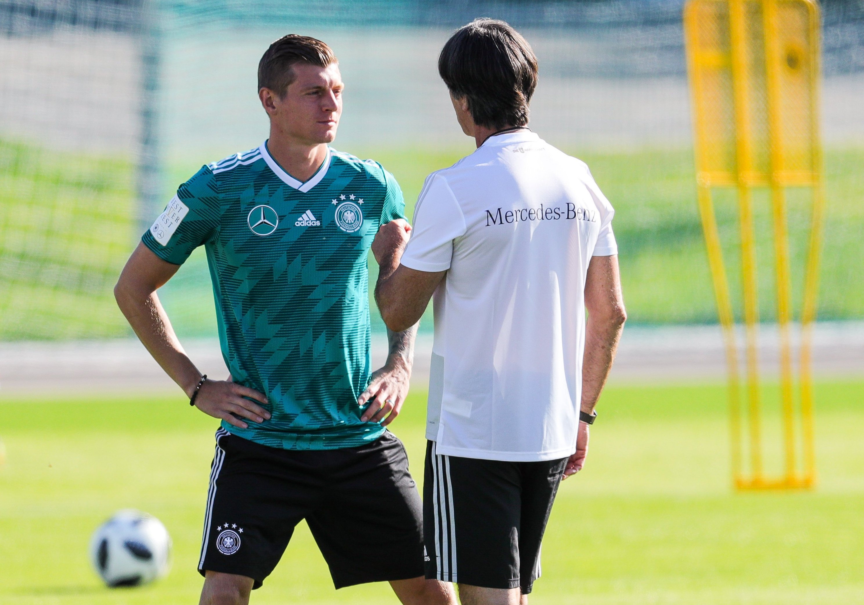 Toni Kroos (l.) stärkt Bundestrainer Joachim Löw den Rücken.