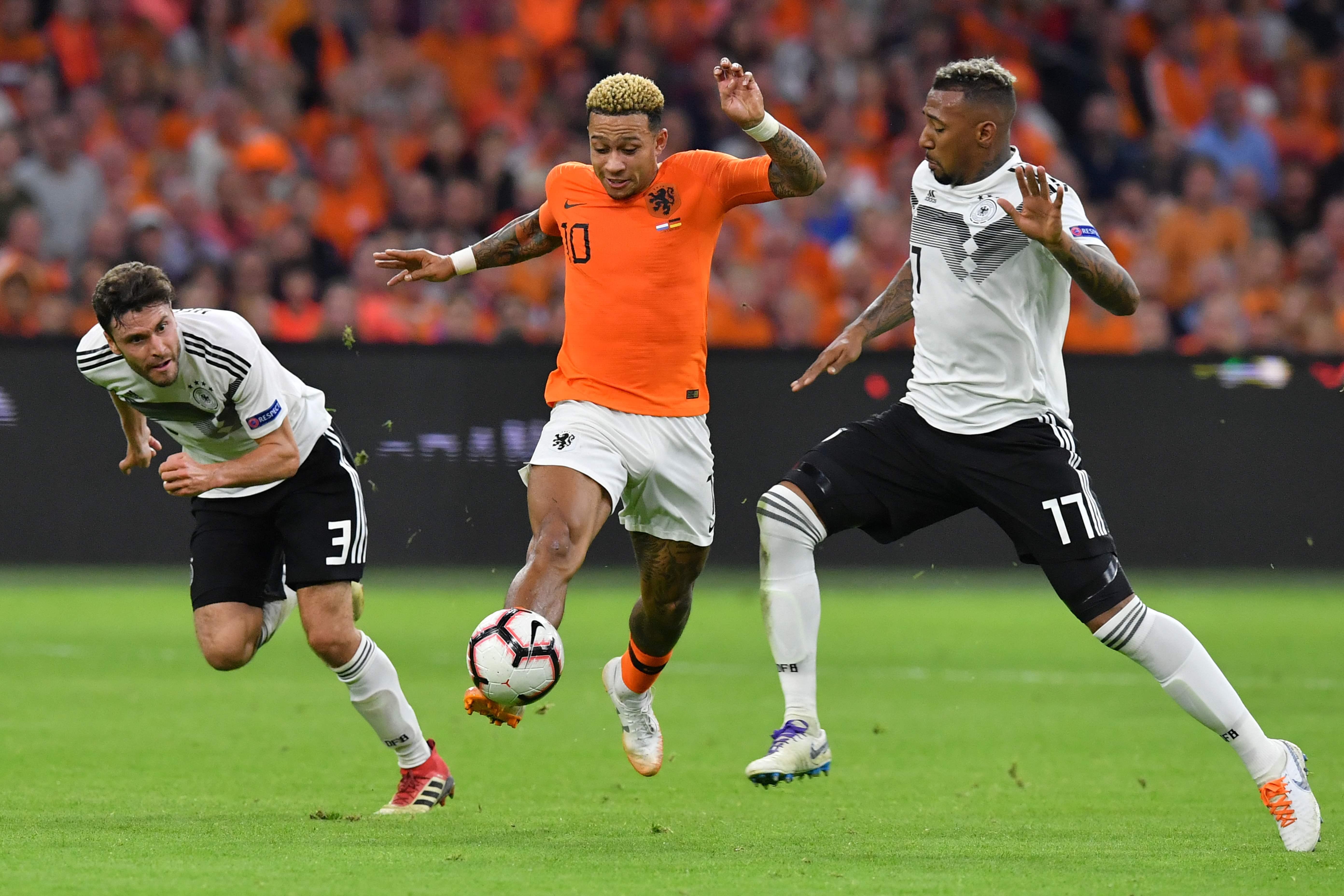Bitterer Abend für die DFB-Auswahl: Jonas Hector (l.) und Jerome Boateng (r.) unterliegen den Niederlanden um Memphis Depay.