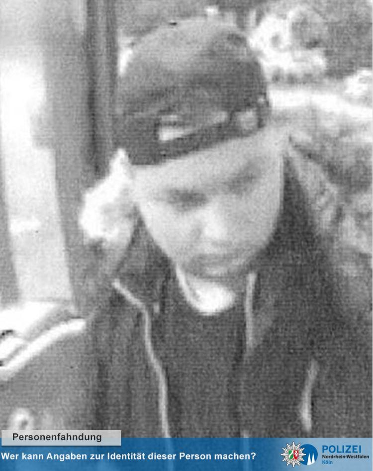 Er entblößte sich vor Kindern: Polizei sucht mit Fotos nach jungem Mann