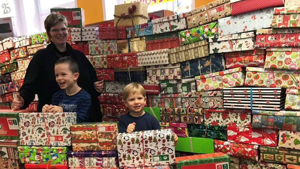 Weihnachten Im Schuhkarton Bilder.Weihnachten Im Schuhkarton In Walsrode Startet Erneut Geschenke Für