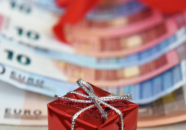 Wer vor Jahresende den Job kündigt, sollte sich schlau machen, ob er anteilig Weihnachtsgeld erhält.