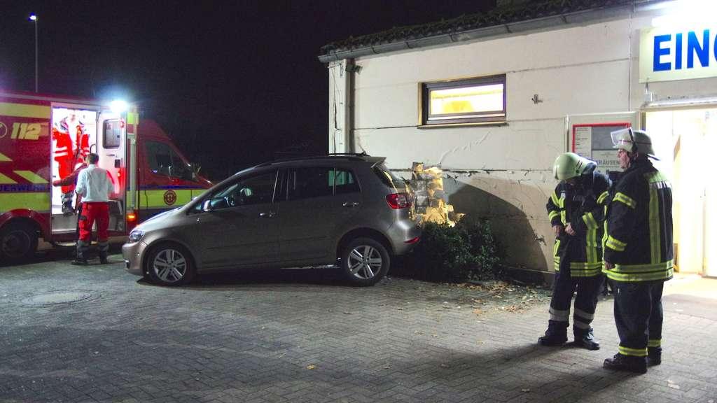 Ganderkesee Seniorin Fahrt Mit Auto In Wand Eines Getrankemarkts