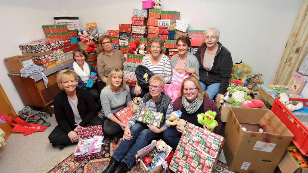 Weihnachten Im Schuhkarton Bilder.Weihnachten Im Schuhkarton Helferinnen In Achim Machen Pakete