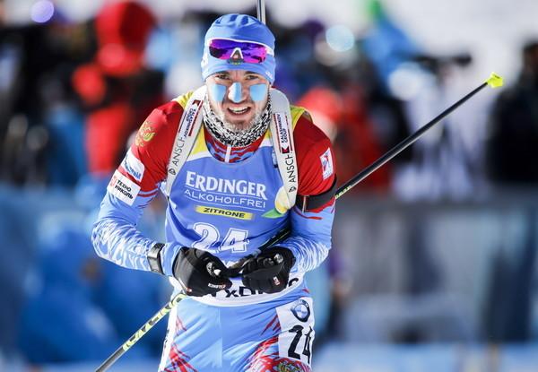 Viele Athleten sind im frostigen Canmore warm eingepackt und schützen ihr Gesicht mit Tapes, wie Alexander Loginow aus Russland.