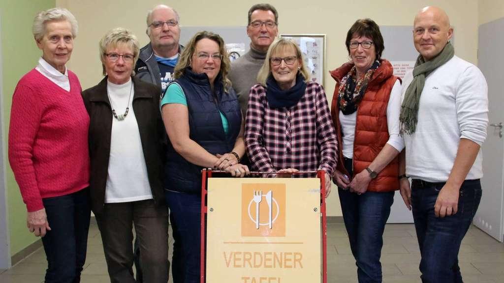 Der Tafel-Vorstand (von links): Gisela Görz, Wilma Biedermann (Beisitzerinnen), Kirsten Tita-Henninges (Kasse), Dietlinde Intemann (Vorsitzende), Gisela Below, Horst Neumann (Beisitzer), hinten Michael Graf (2. Vorsitzender) und Wilfried Zingrosch (Beisitzer). Foto: Niemann