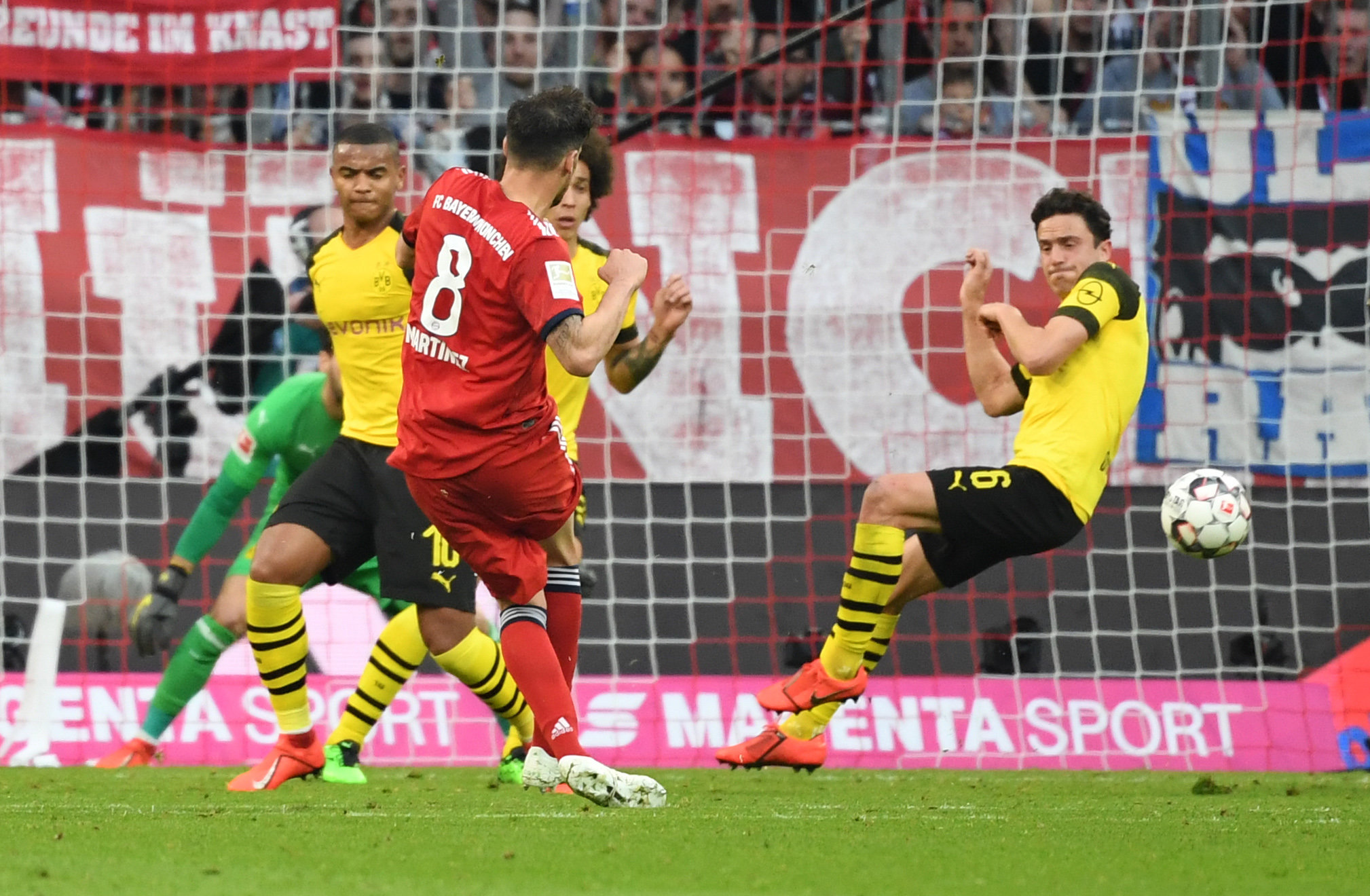 Der FC Bayern schlägt Borussia Dortmund.