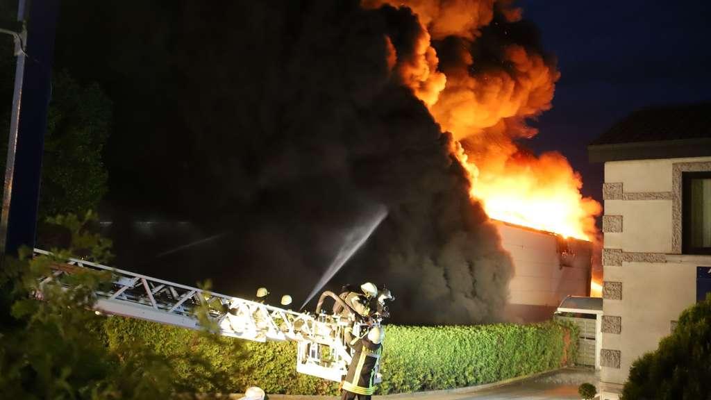 89807f6b2d8b03 Brand und Rauch über Bremen  Feuer zerstört Autowerkstatt in ...