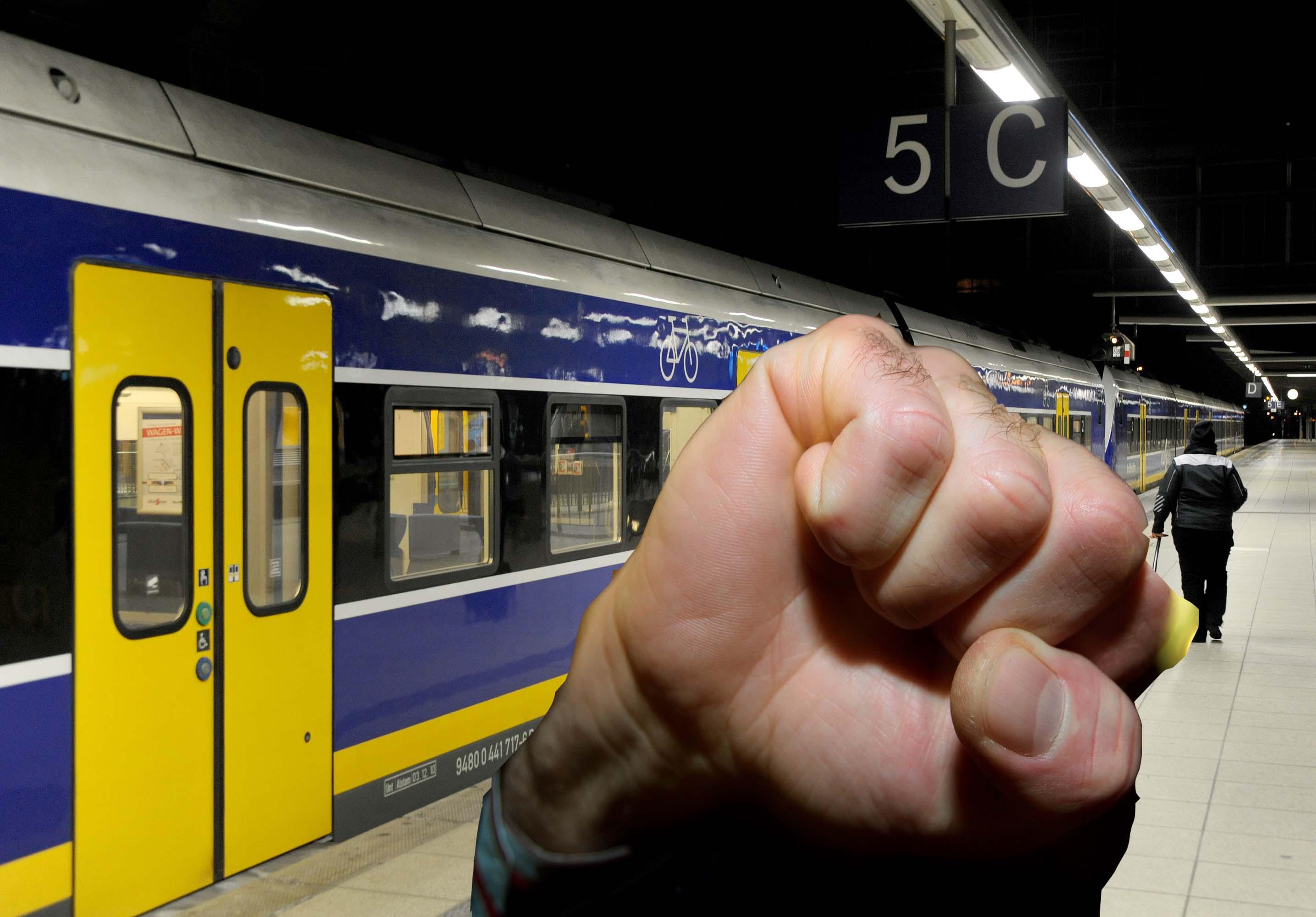 Horror für Frauen: Mann rastet in Bahn aus -