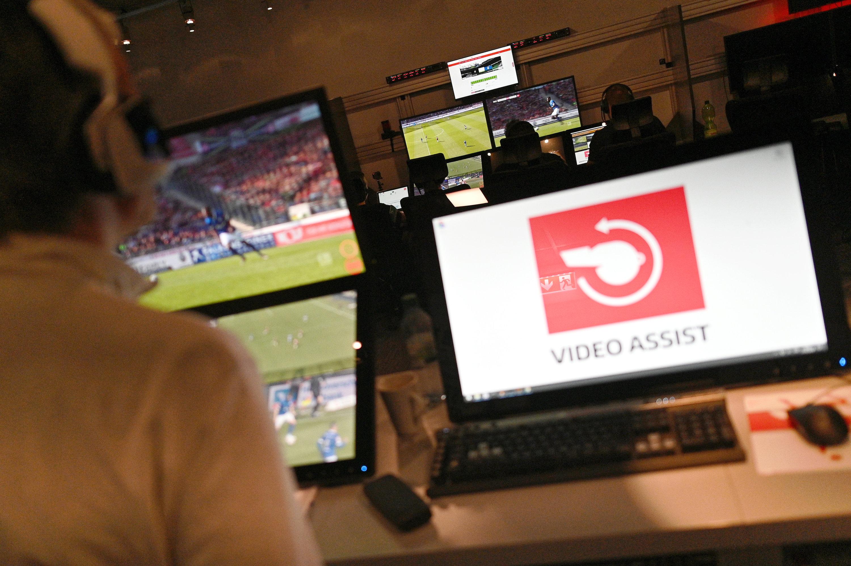 Der Videobeweis in der Bundesliga sorgt für Diskussionen.