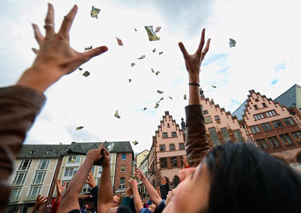 Das Geld muss raus? Das könnte man meinen, wenn man sich dieses Foto aus Frankfurt anschaut. Ein Mann hatte 2014 mehrere tausend Euro an Passanten verschenkt.