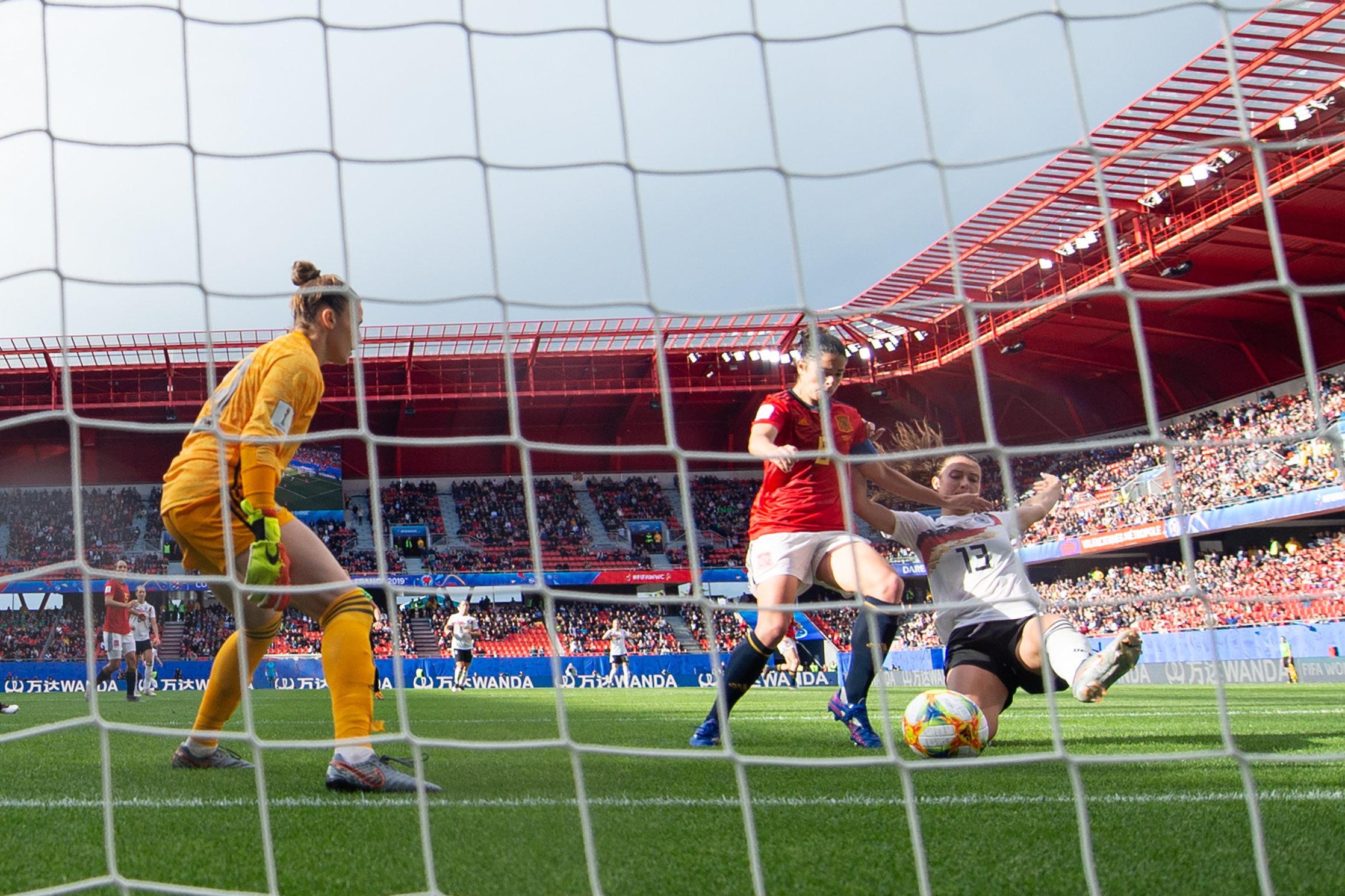 Die entscheidende Szene: Sara Däbritz mit der Grätsche zum 1:0 gegen Spanien.