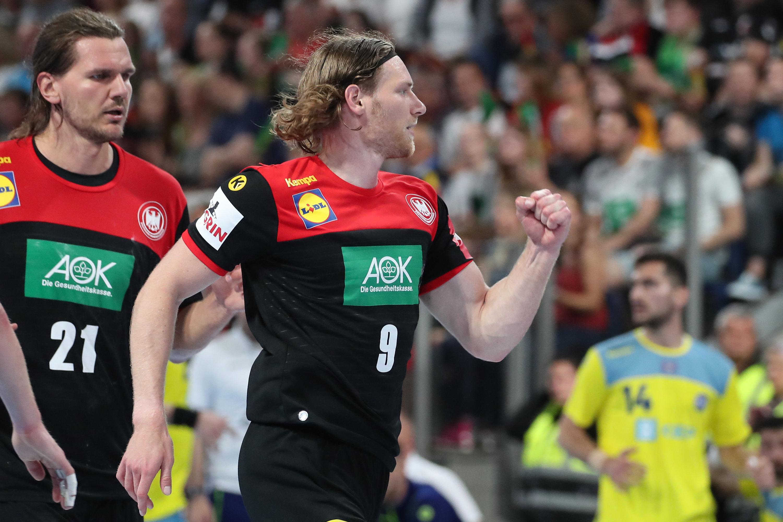 Nationalspieler Tobias Reichmann (re.) jubelt über seinen Treffer neben seinem Kollegen Erik Schmidt.