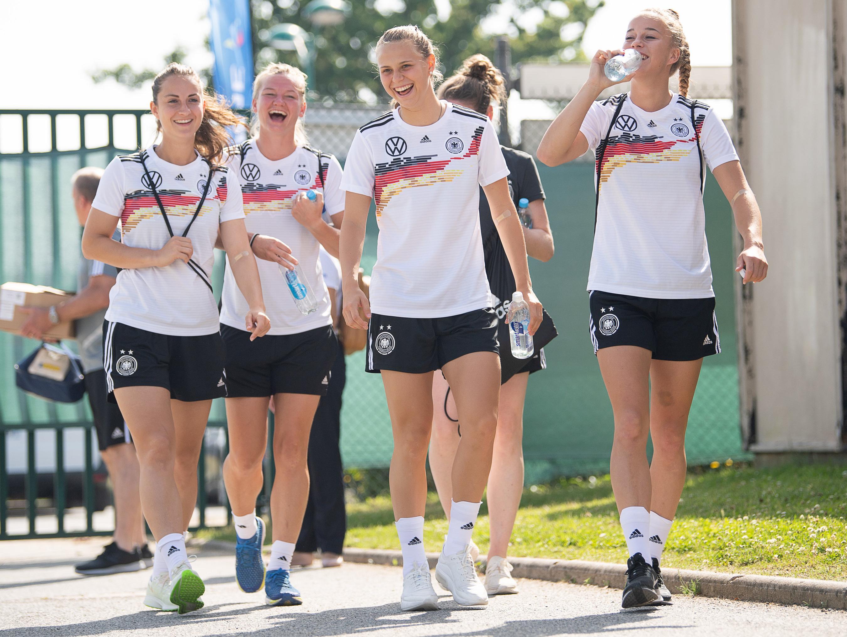 Sara Däbritz (l-r), Alexandra Popp, Klara Bühl und Giulia Gwinn kommen verspätet auf das Trainingsgelände.