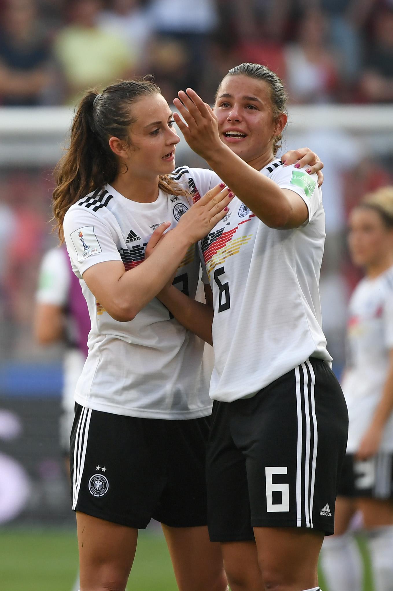 Die DFB-Frauen sind aus dem Turnier ausgeschieden. Lena Oberdorf muss nach Abpfiff von Sara Däbritz getröstet werden.