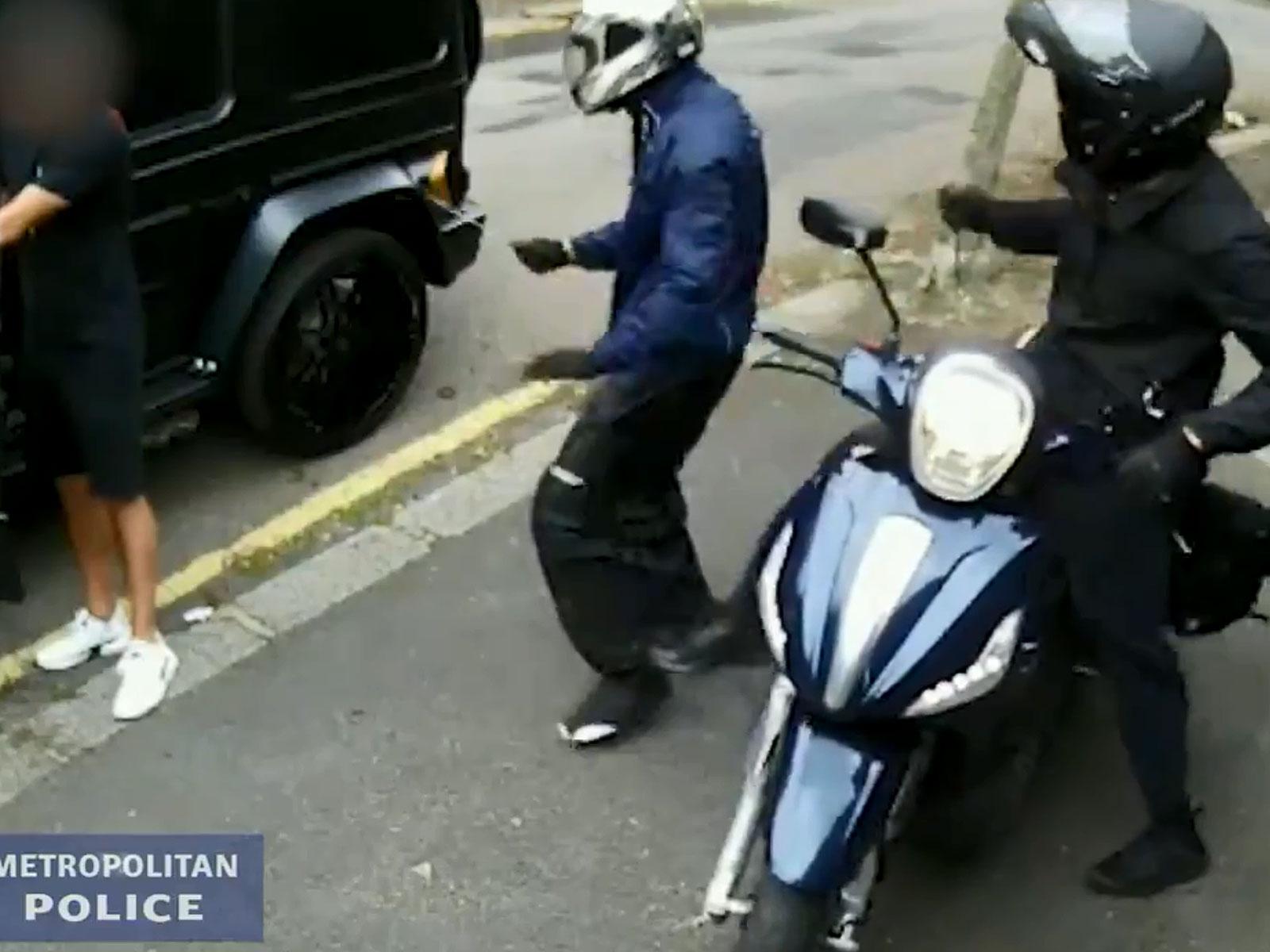 Der Beginn des Angriffs: Einer der verhinderten Räuber (blaue Jacke) attackiert Sead Kolasinac (l.) mit einem Messer.