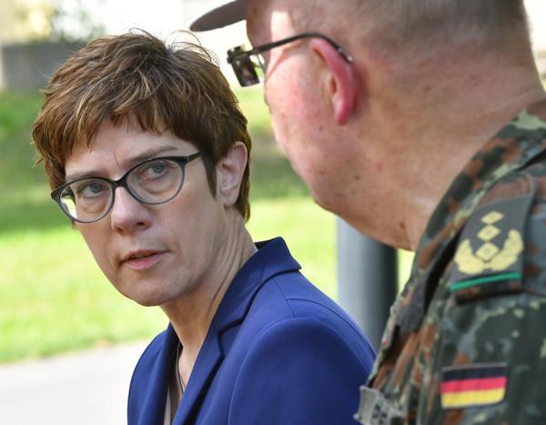 Annegret Kramp-Karrenbauer ist Verteidigungsministerin. Dafür bezieht sie Gehalt.Doch was ist mit dem Geld aus dem CDU-Vorsitz?