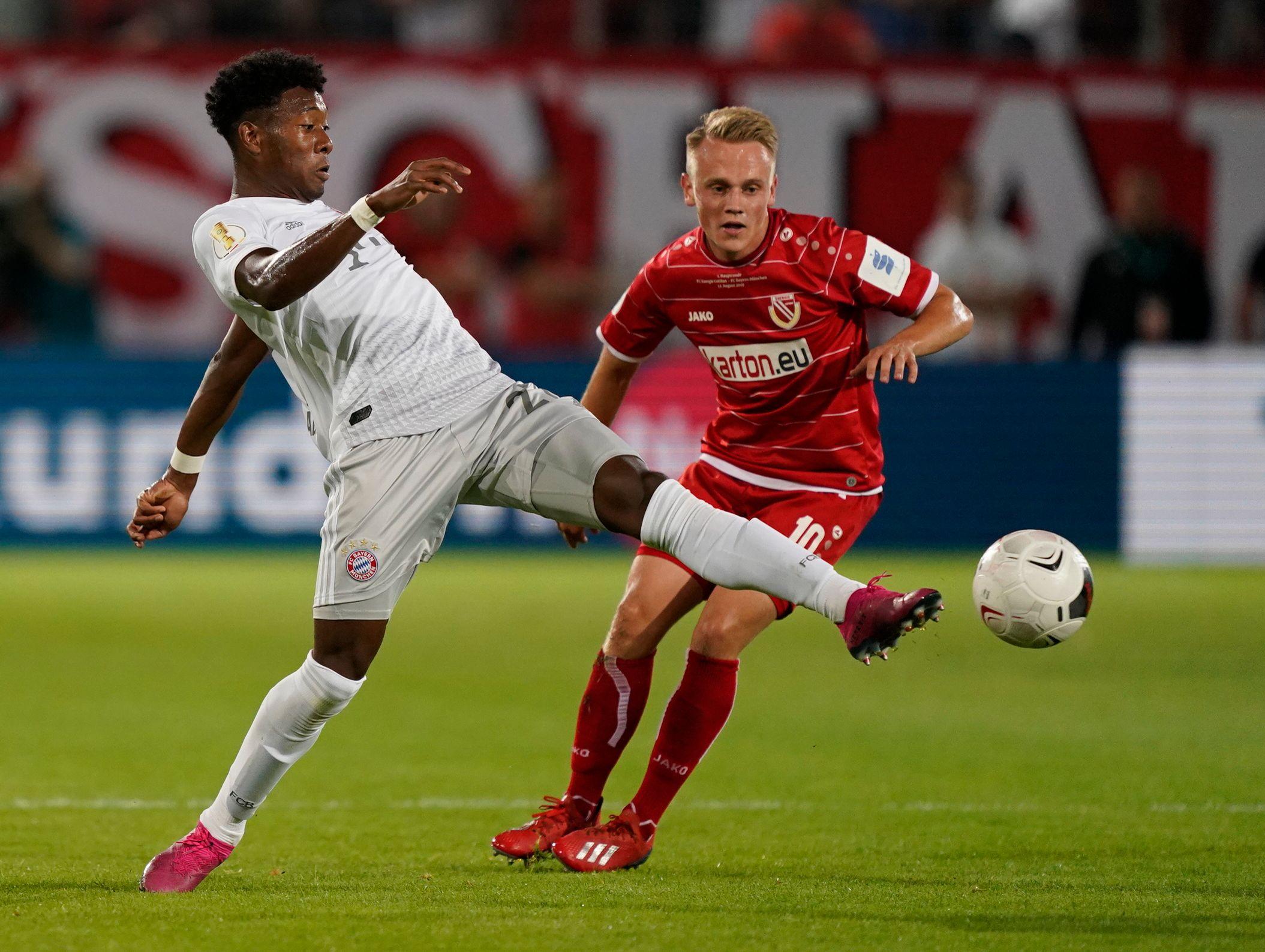 David Alaba (l.) gewann mit dem FC Bayern gegen Cottbus. Und sorgte im TV für einen Lacher.