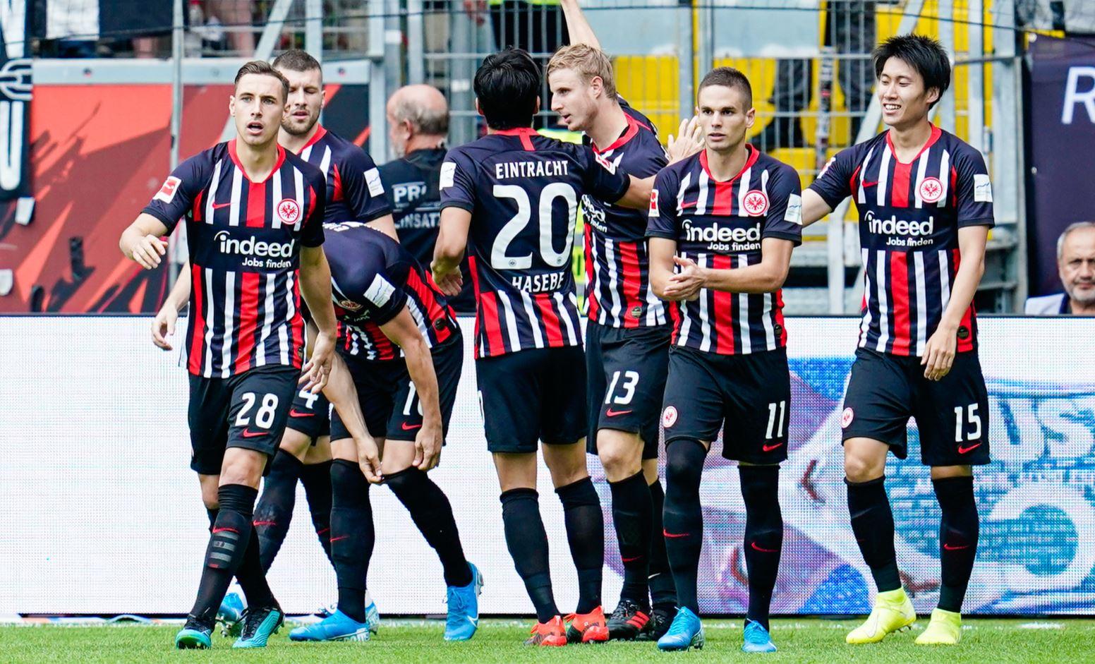 Martin Hinteregger bejubelt mit den Kollegen die Führung für die Eintracht gegen Hoffenheim