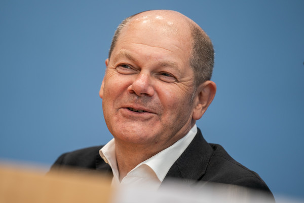 Bundesfinanzminister Olaf Scholz hat gut lachen: Er hat in seiner politischen Karriere bereits viele lukrative Posten innegehabt.