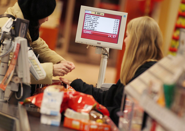 Viele Kunden fühlen sich beim Bezahlen an der Kasse von anderen unter Druck gesetzt - und machen einen gravierenden Fehler mit dem Kassenzettel. (Symbolbild)