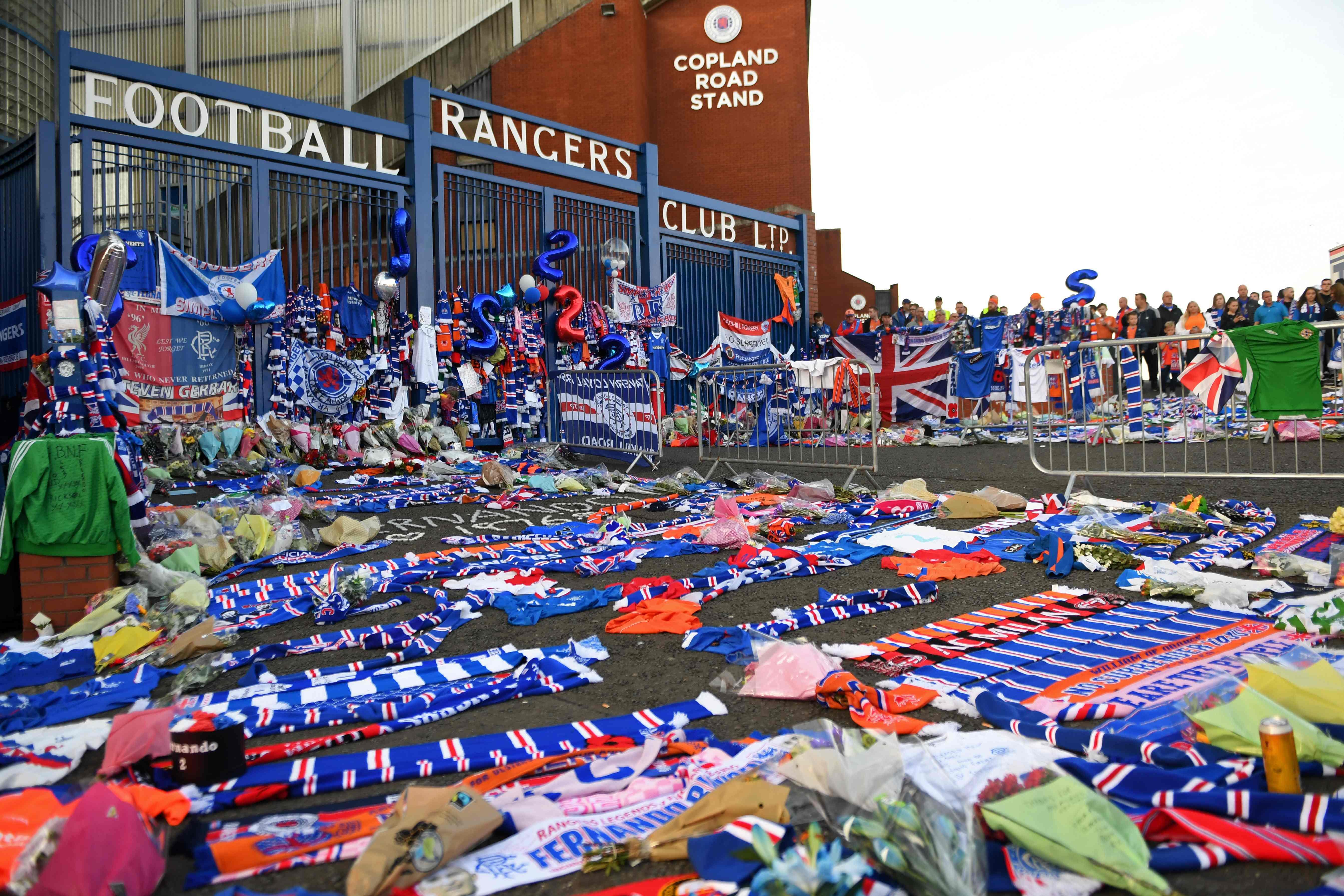 Hunderte Rangers-Fans und auch ehemalige Teamkameraden legten Schals, Trikots und Fahnen am Eingang des Stadions nieder.