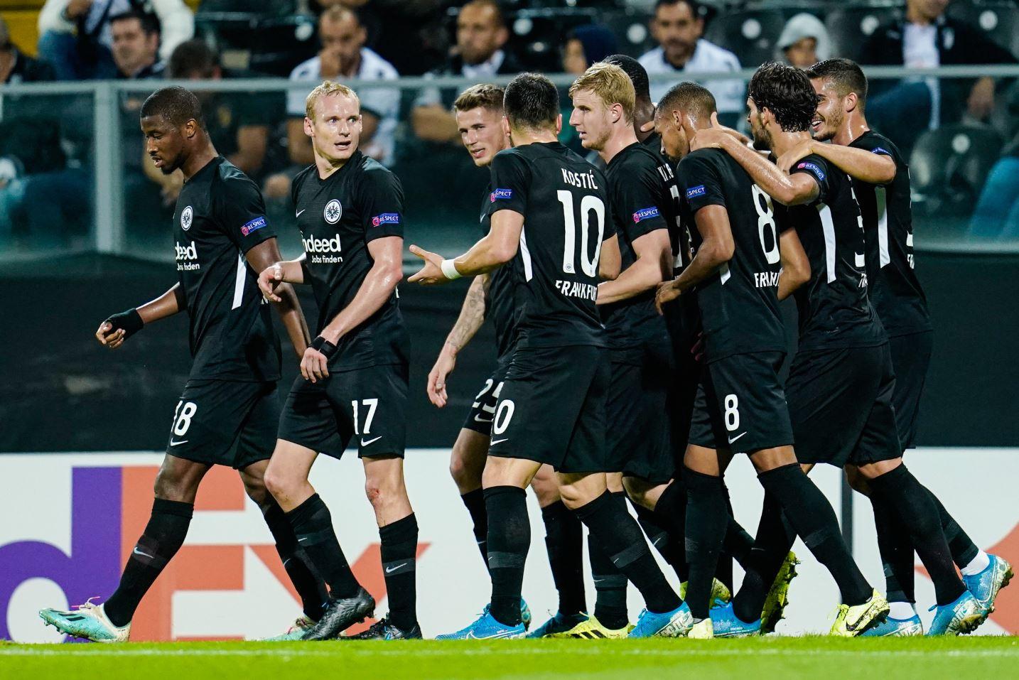 Frankfurts Mannschaft jubelt über das Tor zum 0:1 gegen Guimaraes.