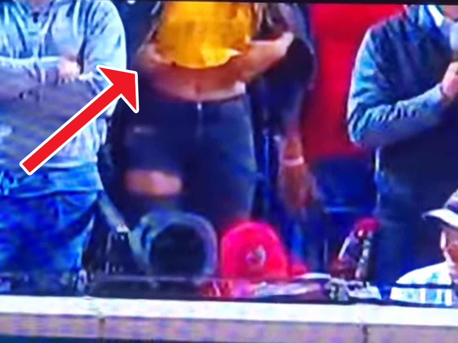 Die beiden Stadion-Besucherinnen wollten eigentlich auf ein ernstes Thema aufmerksam machen. Ein Video, in dem die Köpfe übrigens auch nicht zu sehen sind, aber die ganze Szene,  finden Sie hier .