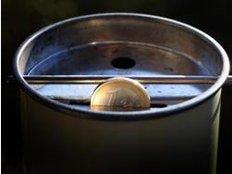 Spender können sich informieren, wie am meisten von ihrem Geld ankommt - egal, ob sie bar oder mit einer Überweisung spenden wollen. Foto: Karl-Josef Hildenbrand/dpa/dpa-tmn