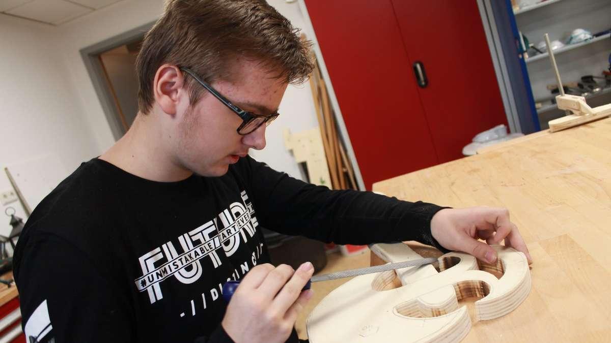 """Jugendhaus Fönix Bassum: Jugendliche arbeiten im Kurs """"Schwert und Schild"""" mit Holz   Bassum - kreiszeitung.de"""