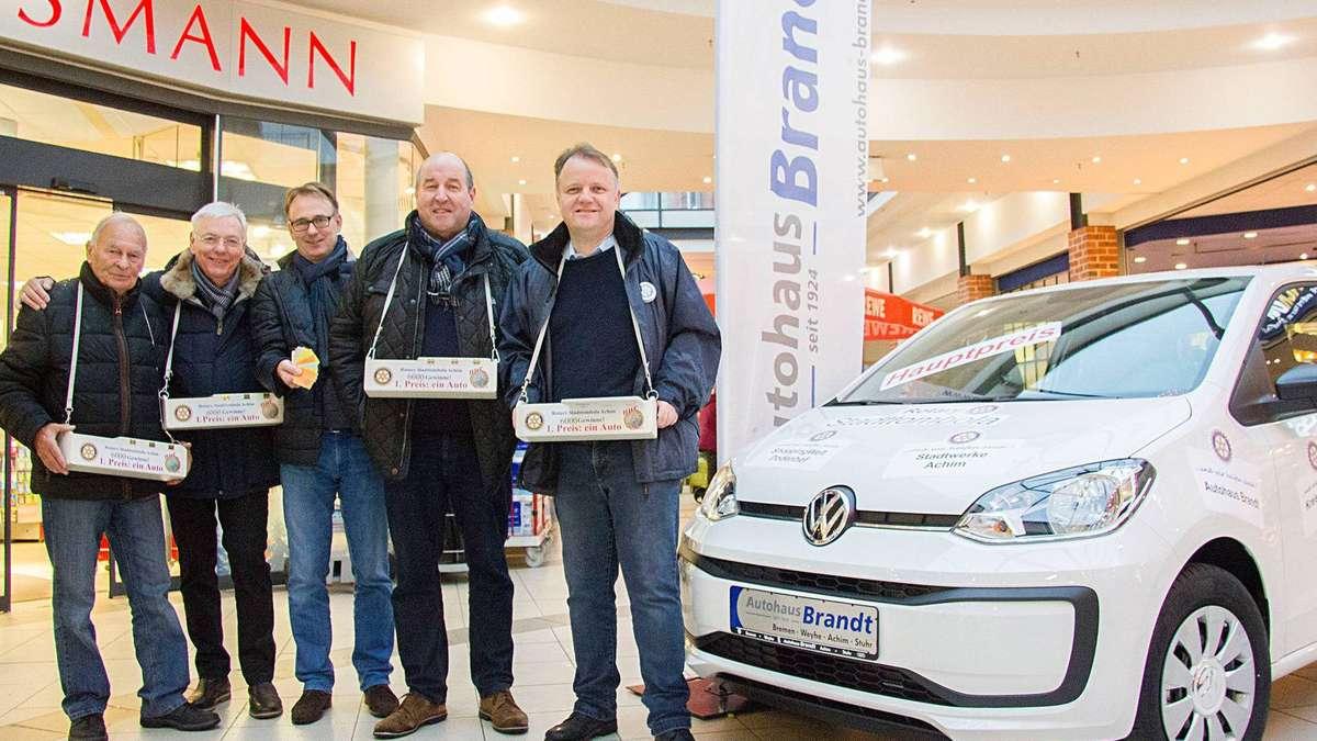 Stadttombola: Achimer Bürgermeister und Rotary-Präses eröffnen Losverkauf | Achim - kreiszeitung.de