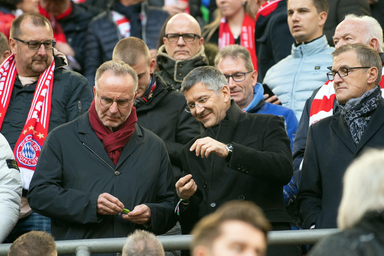 Karl-Heinz Rummenigge besucht einen Fanklub in Österreich.