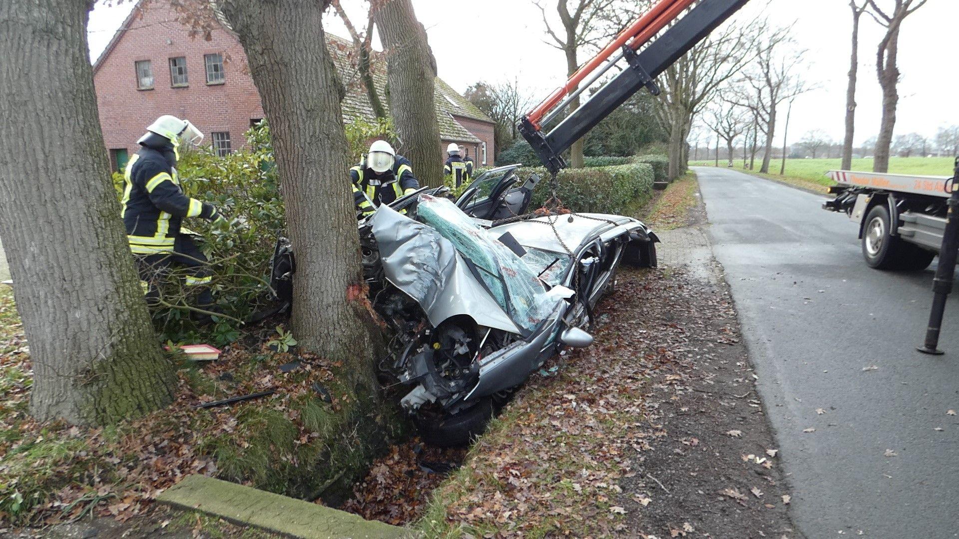 18-Jähriger prallt gegen Baum– Auto wird völlig zerstört