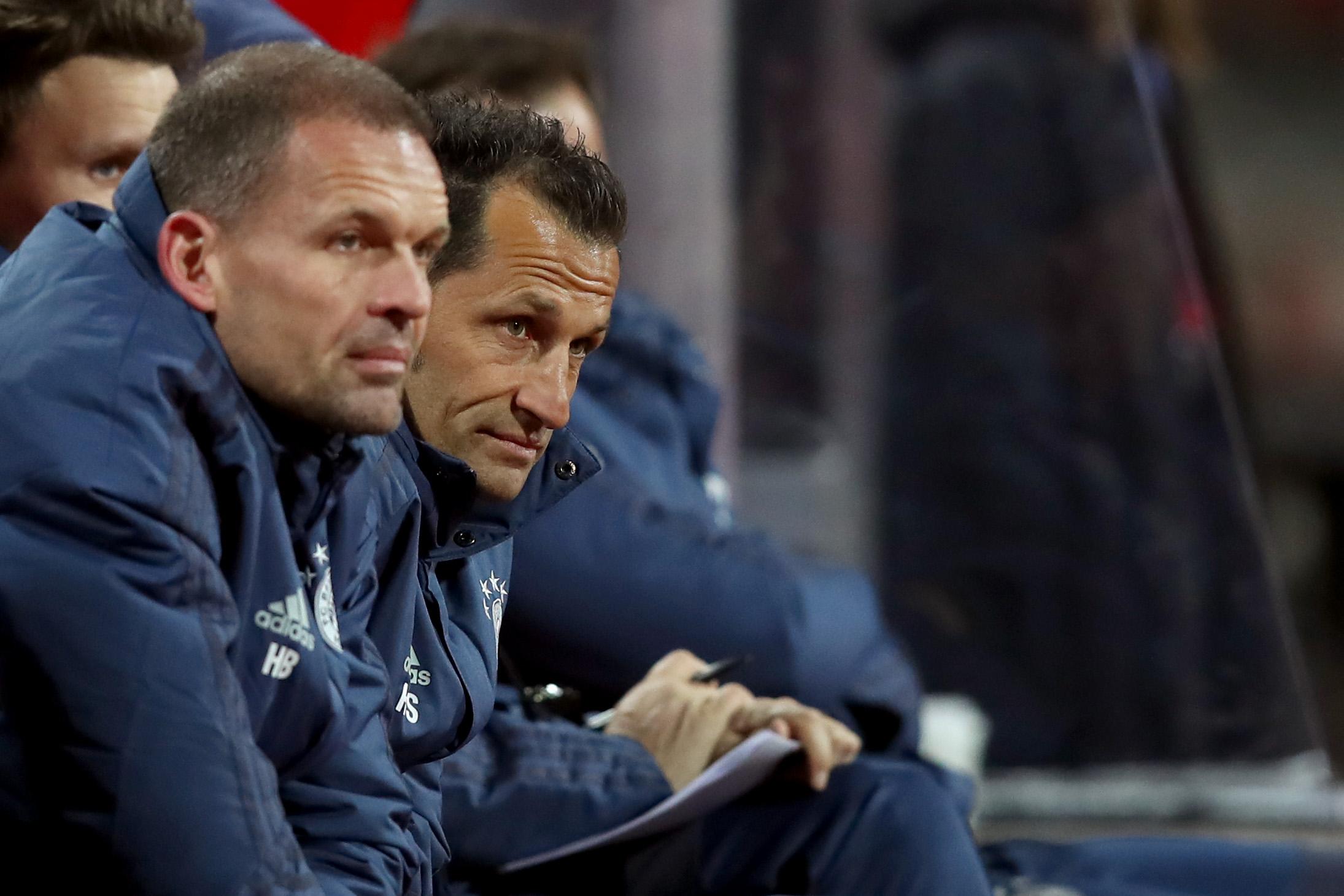 Hasan Salihamidzic schaut beim Spiel gegen den 1. FC Nürnberg ganz genau hin.